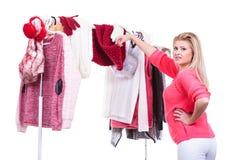 Mujer en el armario casero que elige la ropa, indecisión Imagen de archivo libre de regalías