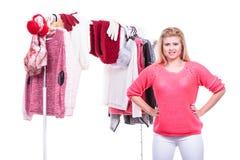 Mujer en el armario casero que elige la ropa, indecisión Imagen de archivo