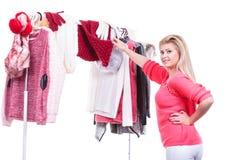 Mujer en el armario casero que elige la ropa, indecisión Fotografía de archivo