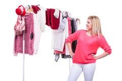 Mujer en el armario casero que elige la ropa, indecisión Foto de archivo