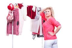Mujer en el armario casero que elige la ropa, indecisión Imágenes de archivo libres de regalías