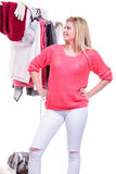 Mujer en el armario casero que elige la ropa, indecisión Fotografía de archivo libre de regalías