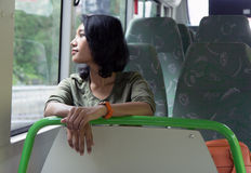 Mujer en el autobús fotos de archivo libres de regalías