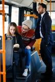 Mujer en el autobús que lee un libro Fotos de archivo