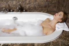 Mujer en el baño que se relaja. Primer de la mujer joven en bathin de la bañera Fotografía de archivo
