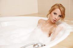 Mujer en el baño que se relaja Primer de la mujer joven en bathin de la bañera Fotos de archivo libres de regalías