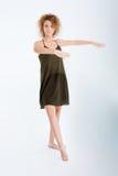 Mujer en el baile del vestido y del pelo rizado Fotos de archivo libres de regalías