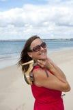 Mujer en el baile rojo de la alineada en la playa imagen de archivo libre de regalías