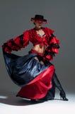 Mujer en el baile rojo hermoso del vestido fotos de archivo libres de regalías