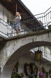 Mujer en el balcón de una casa vieja en el cuarto judío Fotografía de archivo