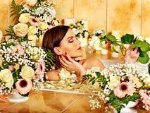 Mujer en el balneario de lujo. Imagenes de archivo