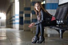 Mujer en el banco, esperando su tren Fotos de archivo