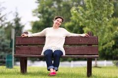 Mujer en el banco que expresa su positividad imagen de archivo