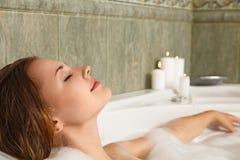 Mujer en el baño que se relaja Imagen de archivo libre de regalías