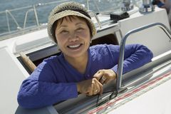 Mujer en el barco de vela Foto de archivo