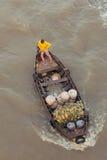 Mujer en el barco que flota abajo del río Mekong, Vietnam Imagenes de archivo