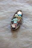 Mujer en el barco que flota abajo del río Mekong, Vietnam Imagen de archivo