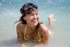 Mujer en el bikiní que se baña en el mar Fotos de archivo