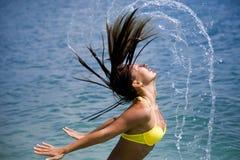 Mujer en el bikiní que se baña en el mar Imagen de archivo libre de regalías
