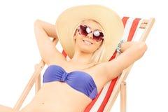 Mujer en el bikini que se relaja en un ocioso del sol foto de archivo