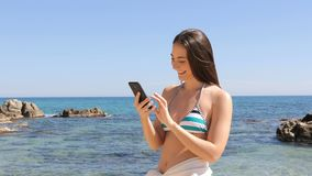 Mujer en el bikini que toma el selfie en la playa