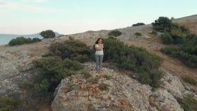Mujer en el borde del acantilado metrajes