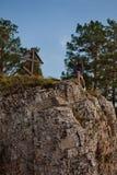 Mujer en el borde del acantilado foto de archivo