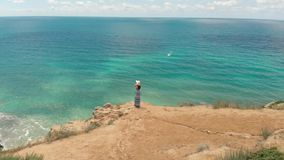 Mujer en el borde del paisaje marino de observación del acantilado almacen de video