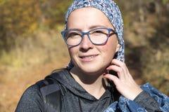 Mujer en el bosque del otoño imagen de archivo libre de regalías