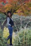 Mujer en el bosque del otoño Fotos de archivo