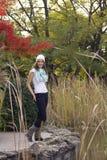 Mujer en el bosque del otoño Fotografía de archivo libre de regalías