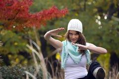 Mujer en el bosque del otoño Imágenes de archivo libres de regalías