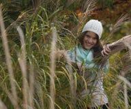 Mujer en el bosque del otoño Foto de archivo