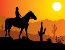 Mujer en el caballo en desierto
