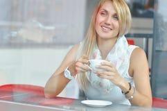 Mujer en el café de consumición del café de moda fotos de archivo libres de regalías