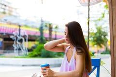 Mujer en el café de la calle Foto de archivo libre de regalías