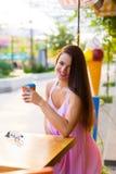 Mujer en el café de la calle Fotos de archivo