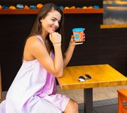 Mujer en el café de la calle Fotografía de archivo libre de regalías