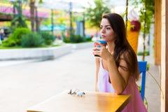 Mujer en el café de la calle Foto de archivo