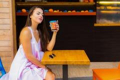 Mujer en el café de la calle Fotos de archivo libres de regalías