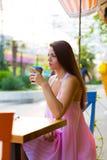 Mujer en el café de la calle Imagen de archivo libre de regalías