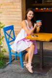 Mujer en el café de la calle Fotografía de archivo