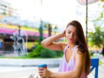 Mujer en el café de la calle Imágenes de archivo libres de regalías