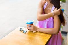 Mujer en el café de la calle Imagenes de archivo
