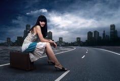 Mujer en el camino imágenes de archivo libres de regalías