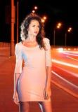 Mujer en el camino de la noche imagenes de archivo