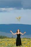 Mujer en el campo de flores Fotos de archivo libres de regalías