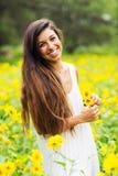 Mujer en el campo de flores Fotografía de archivo libre de regalías