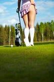Mujer en el campo de golf, visión posterior Foto de archivo libre de regalías