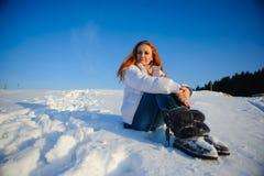 Mujer en el campo de nieve Imagenes de archivo